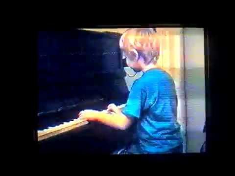 Милый ребенок играет и поет Нам не страшен серый волк / So cute - child plays and sings 4 y.o.