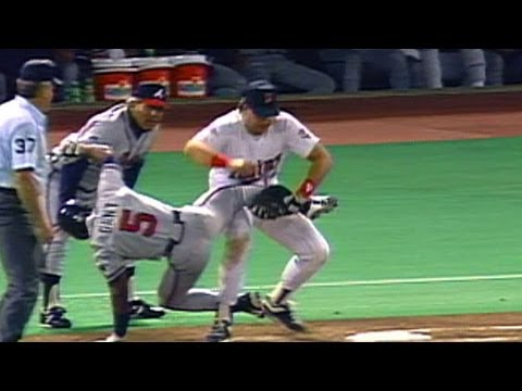 1991 WS Gm2: Hrbek lifts Gant off the bag for the out