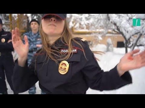 """Après France-Croatie, les Pussy Riot publient une ode à l'amour pour un """"policier idéal"""" thumbnail"""
