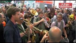 Pisapia, in corso Buenos Aires esplode la gioia