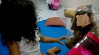 Masha e o Urso - Reação ao presente de aniversário (que só chegou 3 meses depois da data)