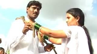 गळ्यात पुष्प माळा  घालण्या ऐवजी साप घालून लग्न