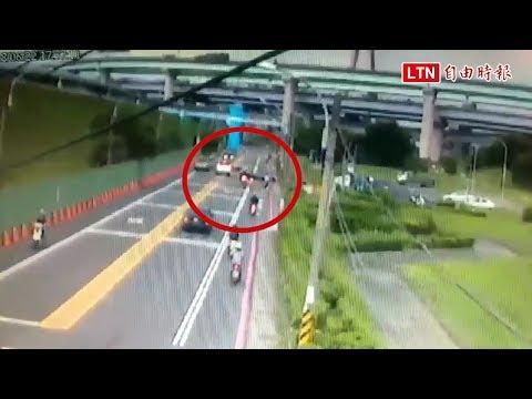 無預警衝出停車場 機車騎士釀4車追撞2人傷