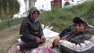 Personas viven bajo un puente en Dolores Hidalgo.