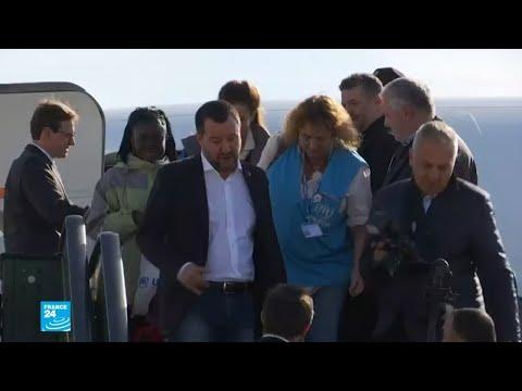 سالفيني يستقبل أول دفعة من اللاجئين الوافدين إلى إيطاليا بطريقة شرعية  - 15:55-2018 / 11 / 16