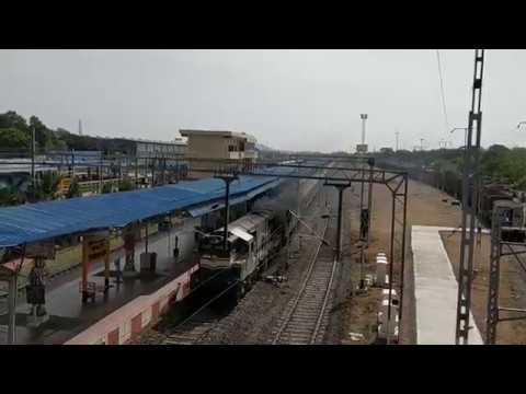 WDG3A ALCO Cholan Express vs WAP 7 Pondicherry Chennai(Aurovile) Express Meet Tambaram