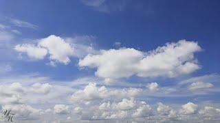 Облака плывут в голубом небе