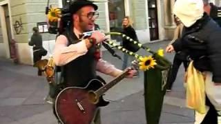 Уличный чудо музыкант(, 2010-12-15T14:01:47.000Z)