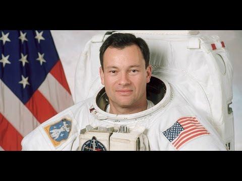 El astronauta Michael Lopez Alegria y Gracia Querejeta ¿Qué importancia tiene el color negro?