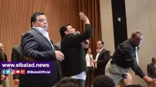 شاهد.. بكاء محمد فؤاد خلال حفل تكريم 'أم الشهيد'.. فيديو