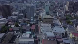 茅ヶ崎海岸から茅ヶ崎駅へ、「雄三通り」の上空を移動した動画です。