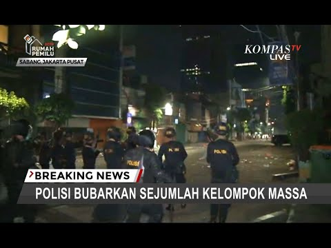Detik-detik Polisi Pukul Mundur Massa dengan Tembakan Gas Air Mata di Jalan Sabang