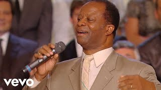 Bill & Gloria Gaither - His Eye Is On the Sparrow [Live] ft. Larnelle Harris
