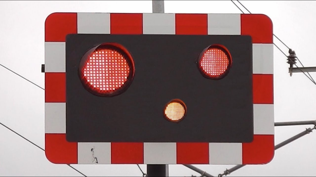 Railway Crossing Lights Gone Crazy !