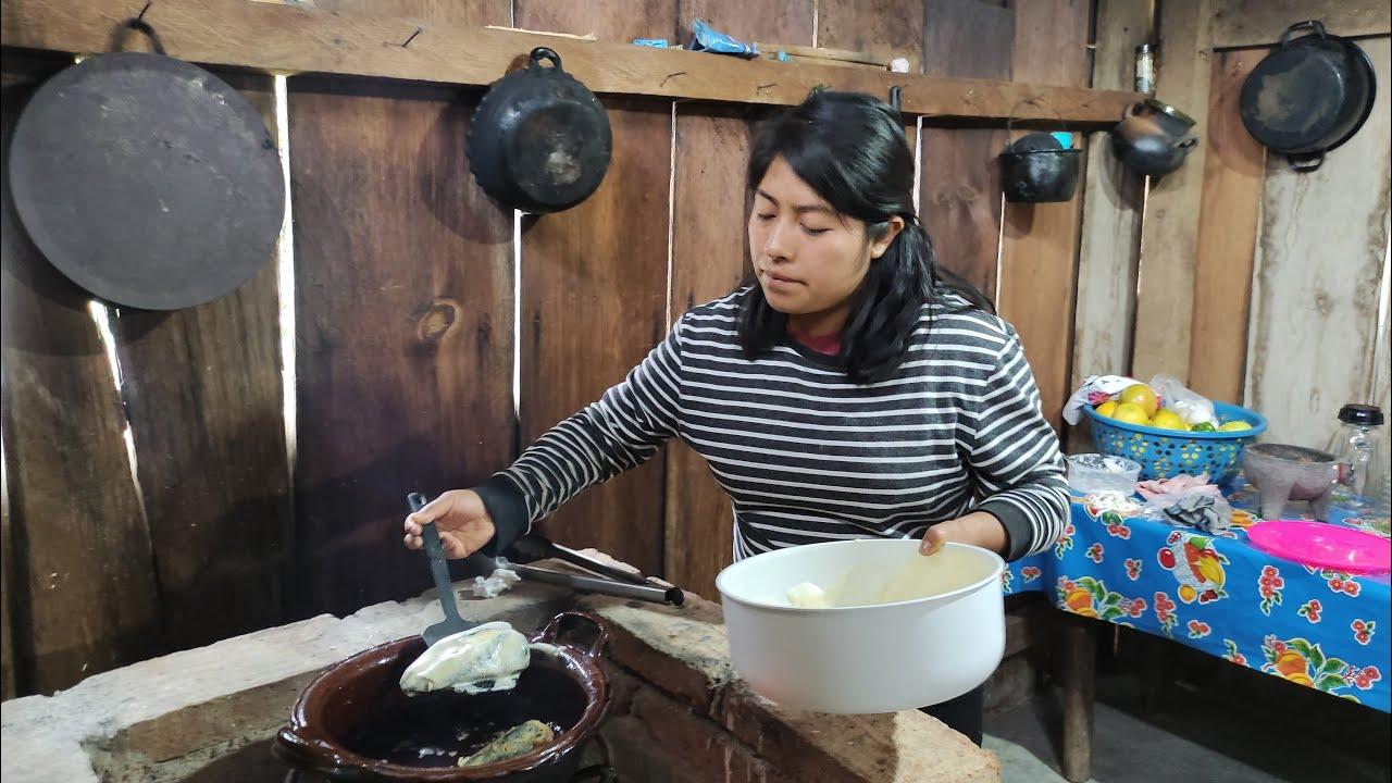 Preparo chiles rellenos con quesillo en salsa de guajillo y rica sopa fría de coditos con jamón