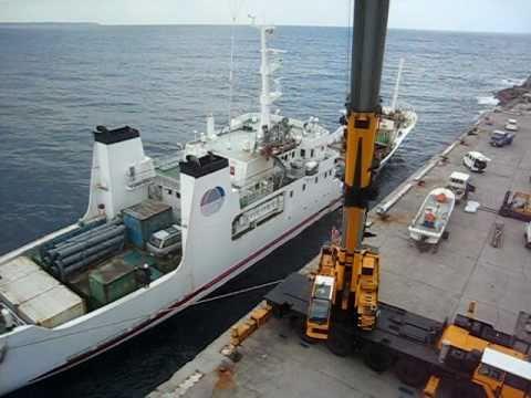 沖縄北大東島はクレーンでフェリーに乗船
