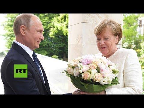 Putin recibe a Merkel con un ramo de flores en la ciudad rusa de Sochi