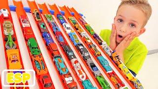 Nikita diviértete con los coches de juguete Hot Wheels City