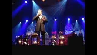 """Stig Rossen synger """"Det Kimer Nu Til Julefest"""" ved Årets-Julekoncert 2012 (www.olinerne.dk)"""