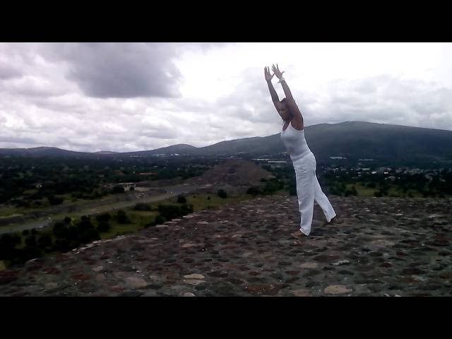Yoga bei den Pyramiden von Teotihuacán, Mexiko