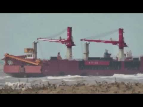 Cахалин. В порту Шахтерска штормовым ветром выбросило на мель судно-перегружатель  26 октября 2015.