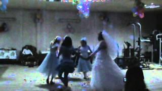 Невеста с племянницами танцует....а дальше смотрите!