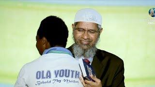 Dr. Zakir Naik Memeluk Pria Kristen Ini Ketika Masuk Islam