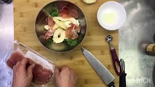 Салат с пармской ветчиной, моцарелой  и горчичной заправкой.