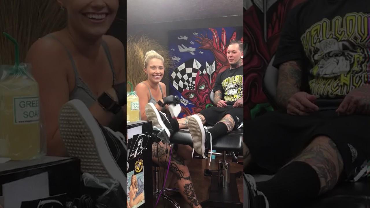 Ein Tattoo das die Blondine zu Tränen rührt