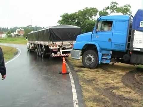 Un camión volcó su acoplado en el rulo del Acceso Norte