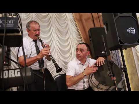 Аркадий Акопян разбирает кларнет