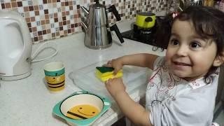 Ayşe Ebrar evdeki tüm bulaşıkları yıkarken eğlenceli vakit geçirdi!