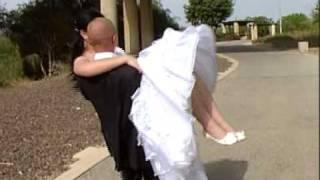 случай на свадьбе (невеста поднимает жениха !