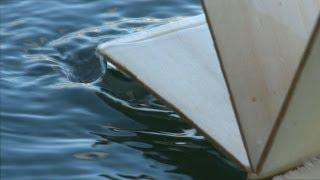 Raddampfer/Kettenschleppdampfer fährt, ausschließlich mit Wasserkraft, flussaufwärts.