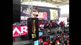 Nia Jovanka With Titiez Yolanda Bersama Lavanza  - Goyang Heboh Panjat Panggung