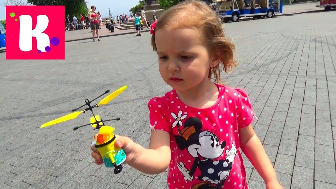 Девочка катя и макс играет в игрушки