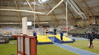 Henriikka Könönen hyppää tasan 4 metriä