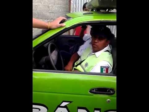 Captan a agente de Tránsito Estatal en presunto acto de corrupción