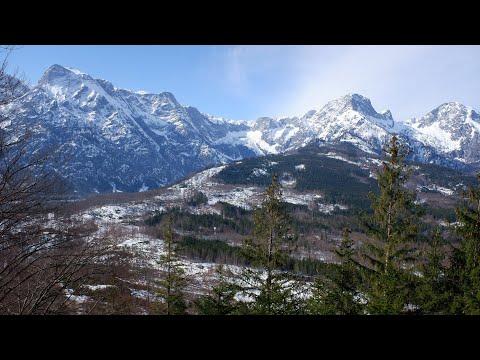 Biwak vor schneebedeckten Berggipfeln