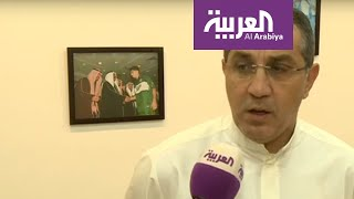 نجم كويتي سابق يتابع مباراة الهلال الآسيوية بحماس