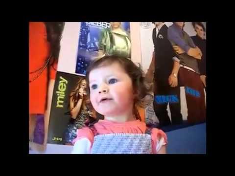 Petite fille de 2 ans chante Baby de Justin Bieber.flv