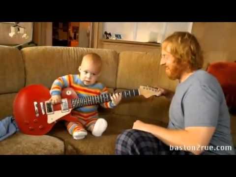 Bebe Tocando la Guitarra