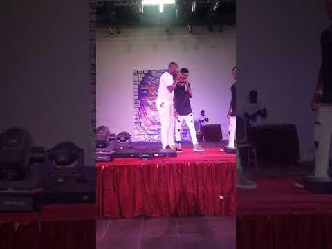 Steve Fah soutien Jojo le comédien et Axel Meryl à Douala Bercy