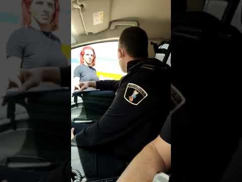 Investigan un vídeo no que dous policías locais humillan unha transexual