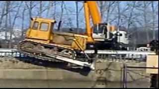 Трактор и кран.  Авария.  Кран упал в пропасть. Tractor and crane. Crane fell into the abyss.(Жесть. Такую технику угробили! Смотреть до конца!, 2014-01-02T14:04:49.000Z)