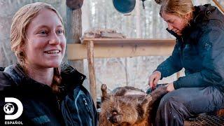 Christine procesa un castor por primera vez | 100 Días a lo salvaje | Discovery En Español