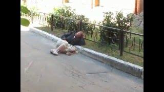Пьяная баба спит прямо на дороге  Drunk on the road