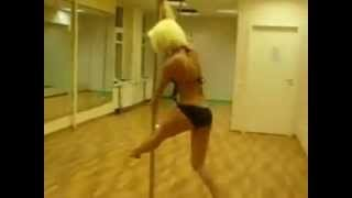 Красиво танцует стриптиз