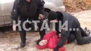 Женщина, у которой приставы отбирали автомобиль, бросилась под колеса своего