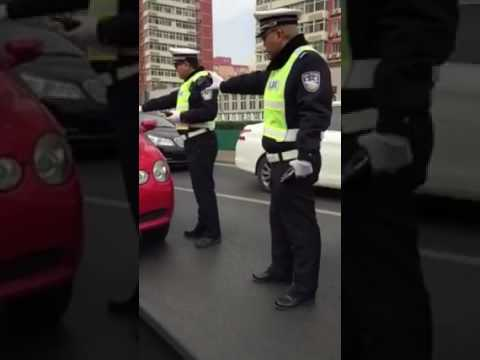 Chinese driver scape from police on a traffic jam